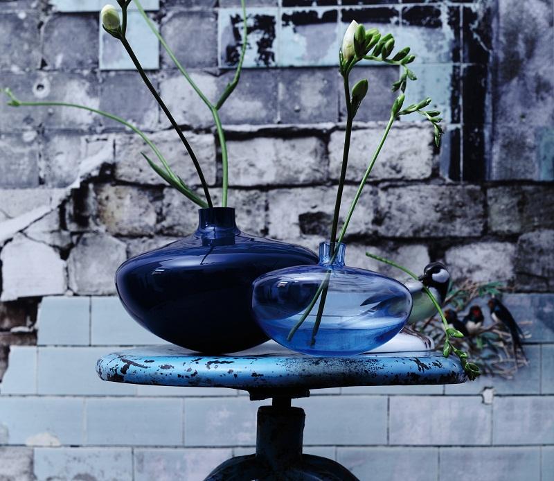 Swinging vase
